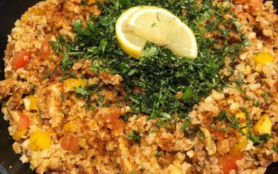 Pump up the volume: kruidige salade met hummus en kippendijen